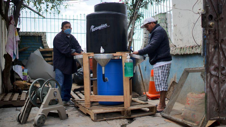 Entérate cómo llegan los tanques de agua a los albegues de migrantes en Tijuana