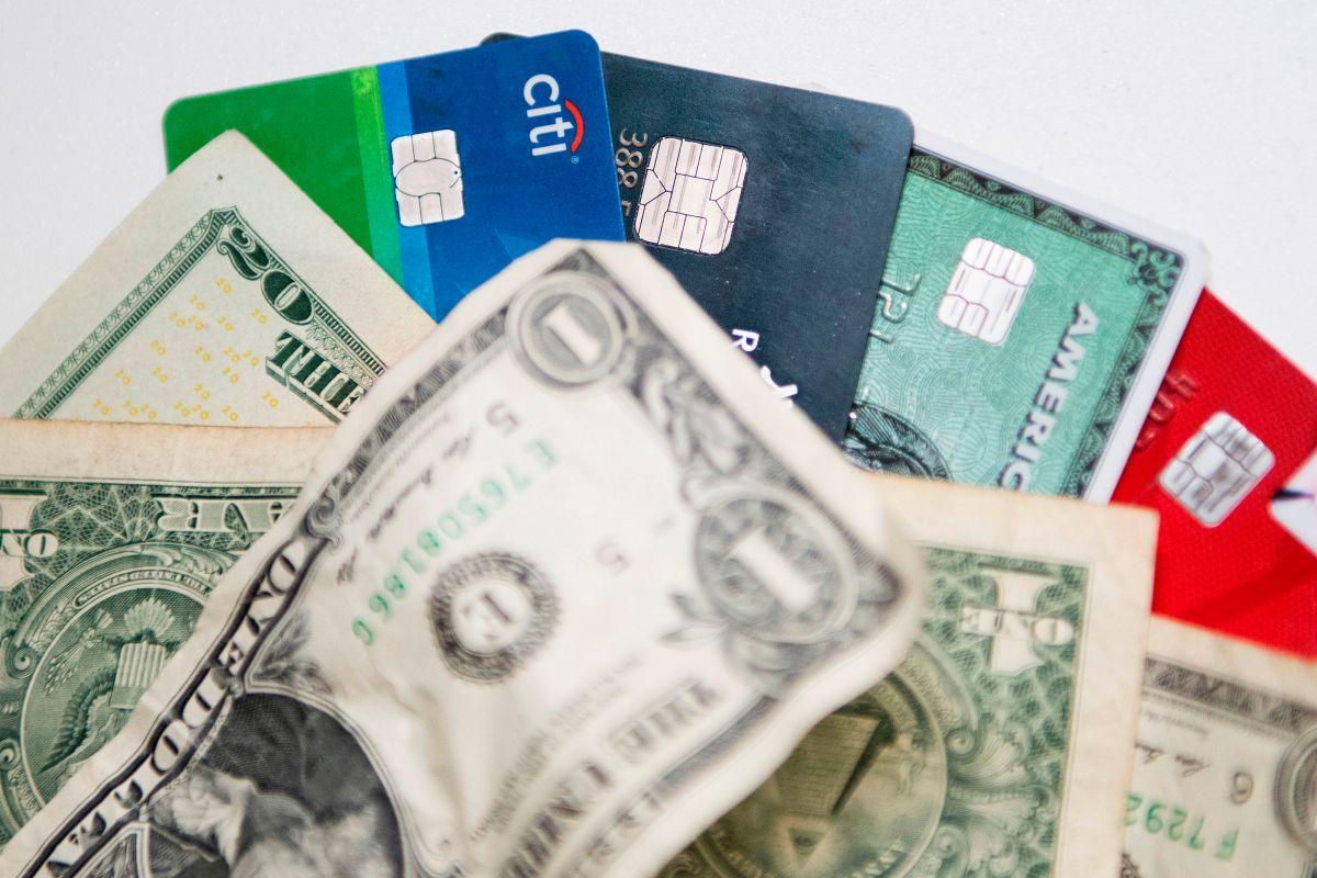 Prioriza el pago de la vivienda y la comida, después realiza pagos mínimos de cualquier deuda que tengas.