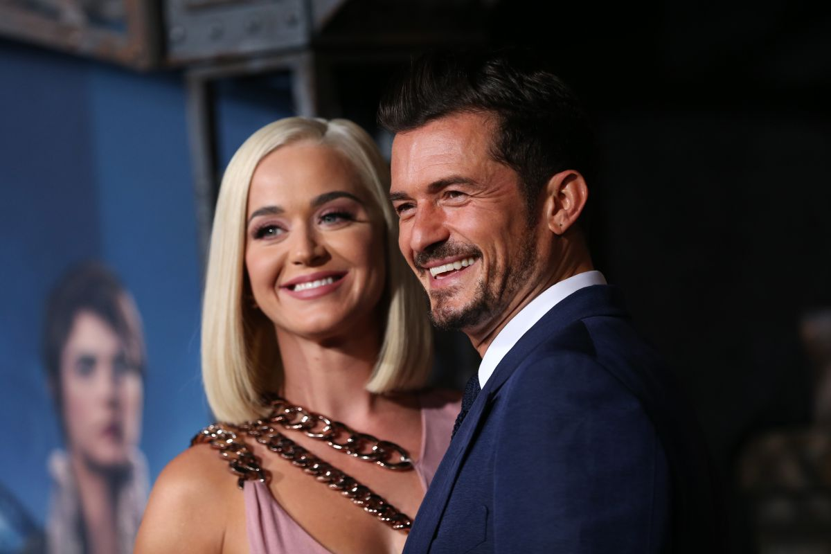 Katy Perry presume su embarazo en traje de baño junto a Orlando Bloom en una playa de California