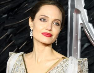 ¿Recuerdas el hermoso mensaje en el vestido de novia de Angelina Jolie en su boda con Brad Pitt?