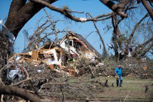 Se reúnen con su perro 54 días después, se perdió cuando un tornado arrasó la casa familiar