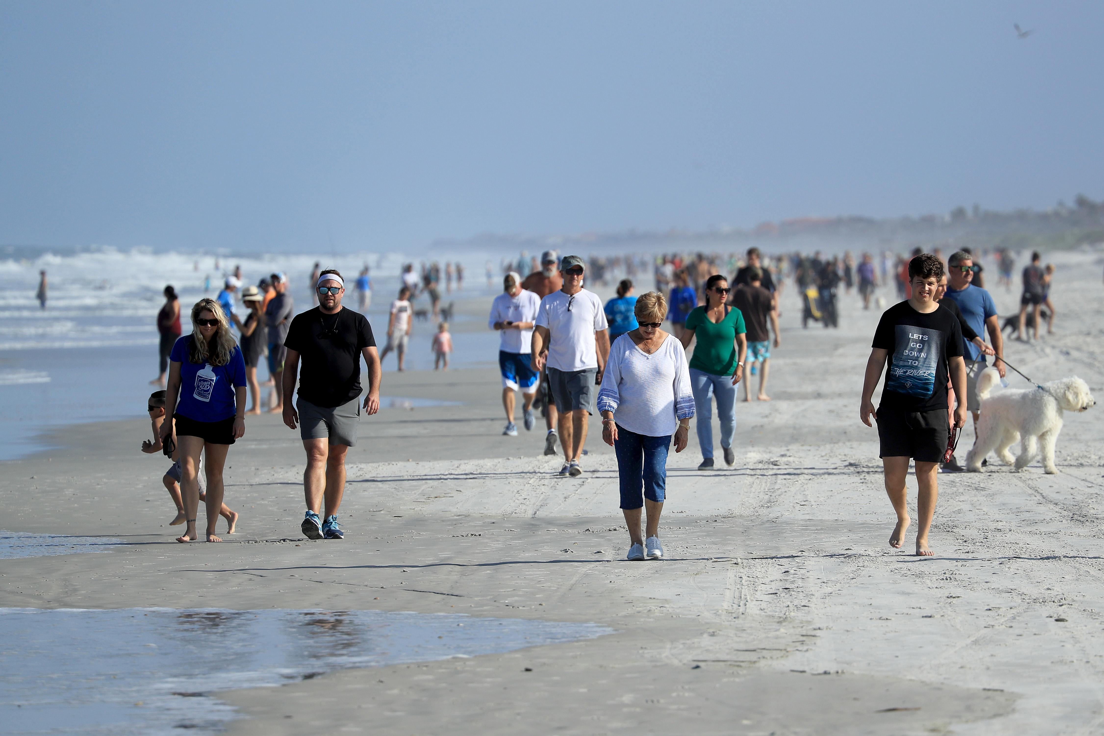 """""""Idiotas de Florida"""": Las increíbles imágenes de playas inundadas de gente a pesar del coronavirus"""