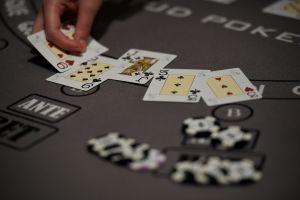 Mueren varios abuelos de coronavirus tras reunirse para jugar a póker en Miami