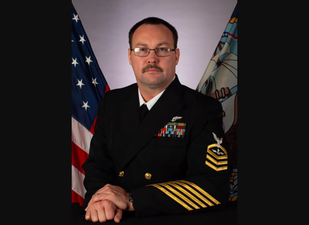Armada identifica al marinero de portaviones que murió por coronavirus