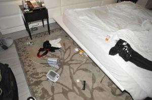 Difunden las fotos de la habitación en que encontraron a Andrew Gillum borracho junto a dos hombres desnudos en Miami Beach