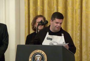 Empleado de cafetería con síndrome de Down se roba el día en evento de ayuda a comercios en la Casa Blanca