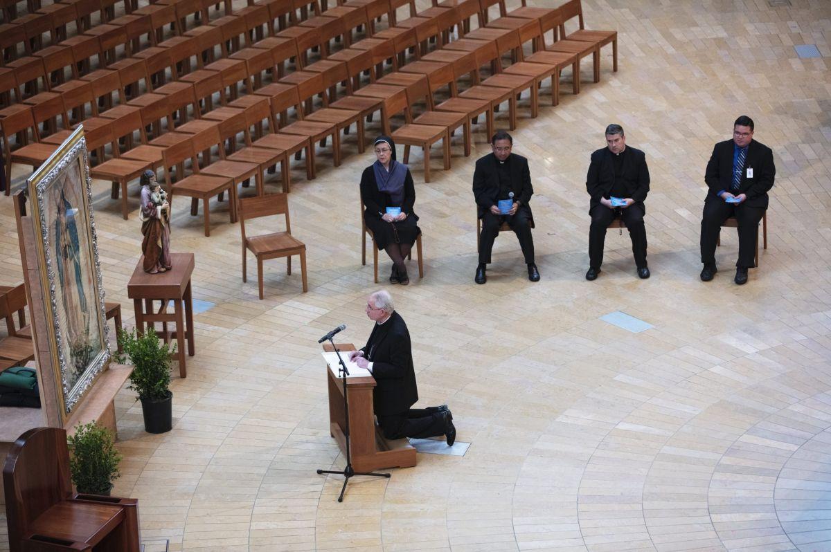 Durante la pandemia las iglesias están celebrando sus misas sin feligreses en persona.