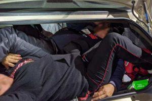 Sorprenden a indocumentados ocultos en vehículos y los deportan de inmediato a México