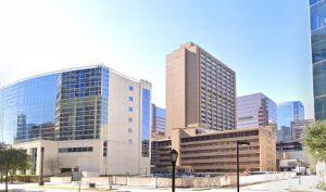 El gobernador dice que no hay razón para alarmarse, pero las hospitalizaciones alcanzaron un nuevo récord en Texas