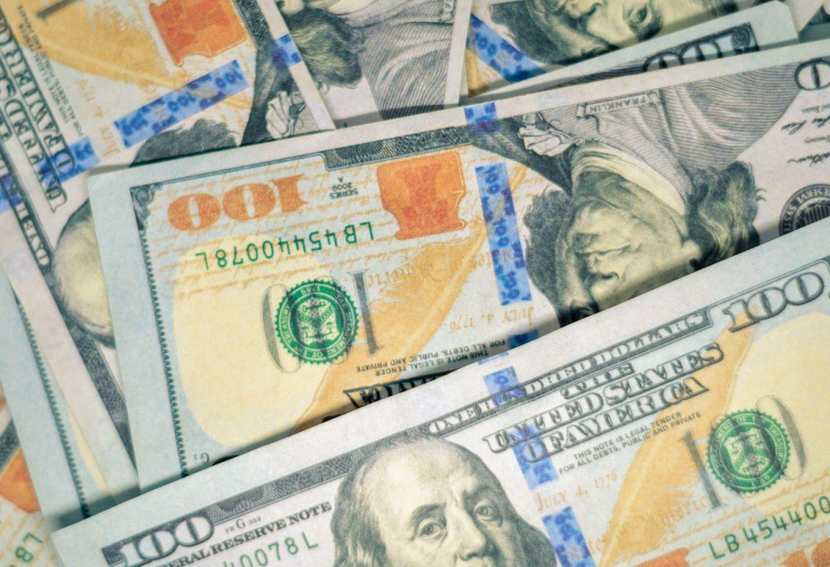 Se considera a una persona rica a quien tenga más de $1,000,000 dólares en su cuenta bancaria y que tenga diversas propiedades y autos