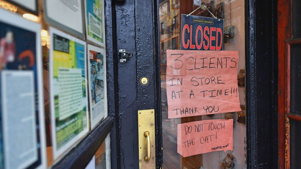 Los cierres de negocios para promover la distancia social está acabando con cientos de miles de empleo./Archivo