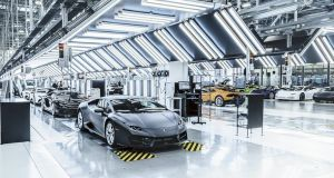 Lamborghini deja la producción de autos para fabricar cubrebocas