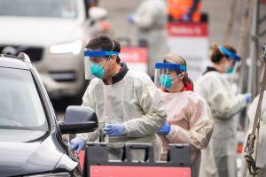 Datos atrasados de un laboratorio aumentan drásticamente la cifra de coronavirus en L.A.