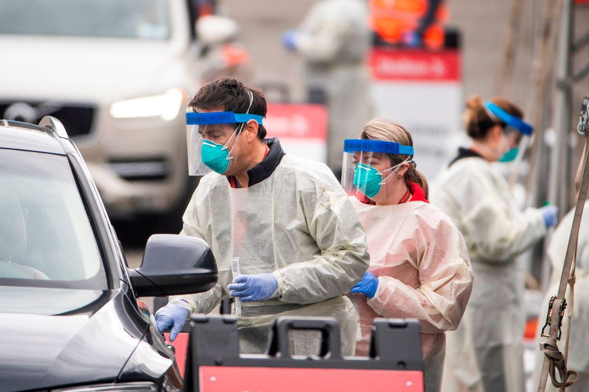 Personal médico de los Estados Unidos realizando la toma de muestras para la prueba del coronavirus.