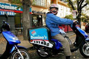 Repartidor de pizza estalla en furia porque no le dieron propina luego de un viaje bajo la lluvia y su video se hace viral