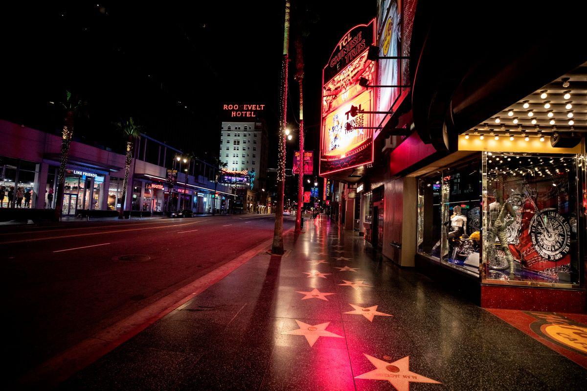 El paseo de las estrellas de Hollywood, generalmente lleno de turistas, luce completamente vacío por la noche.