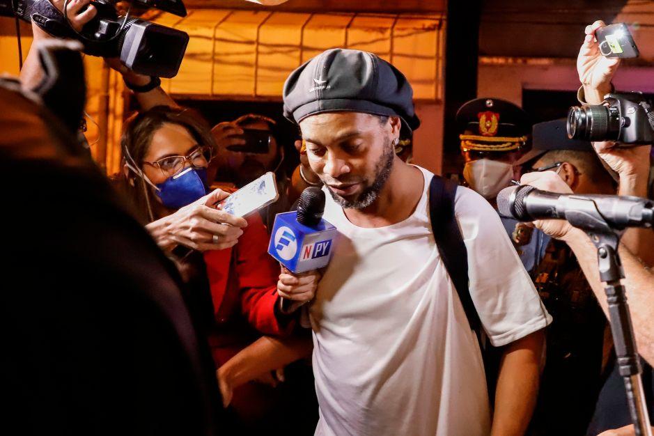 Ronaldinho cumple tres meses encerrado en Paraguay y su caso está lejos de aclararse