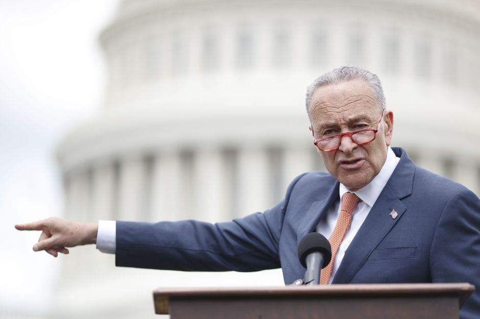 Senador por NY Chuck Schumer propone fondo especial de dinero para repartir a empleados esenciales