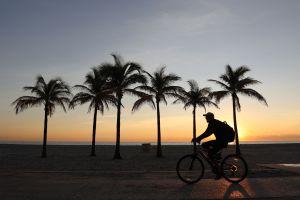 """Reabren playas en Florida para actividades """"esenciales"""" a pesar de los casi 25,000 casos de COVID-19"""