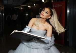 Recostada en la alfombra, Ariana Grande presume su escultural figura en body negro
