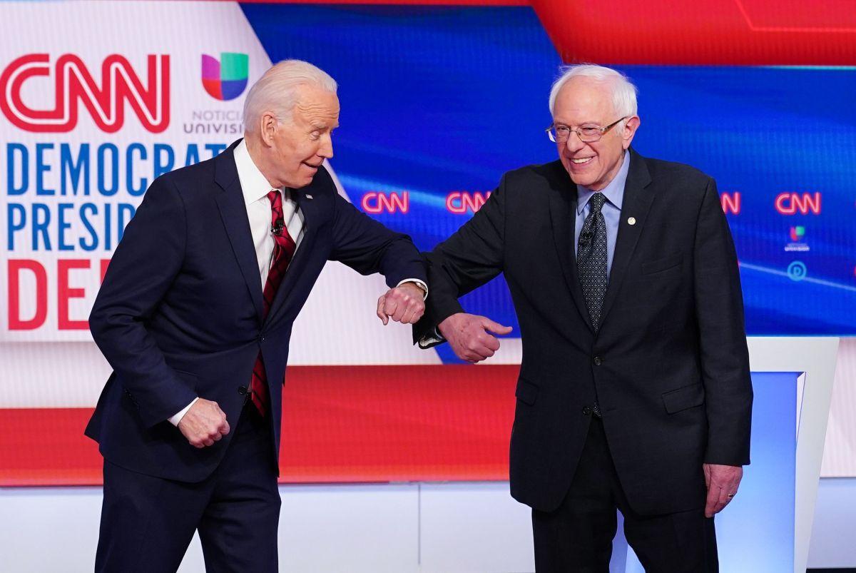 Biden y Sanders se saludaron con los codos por riesgos de virus en marzo pasado