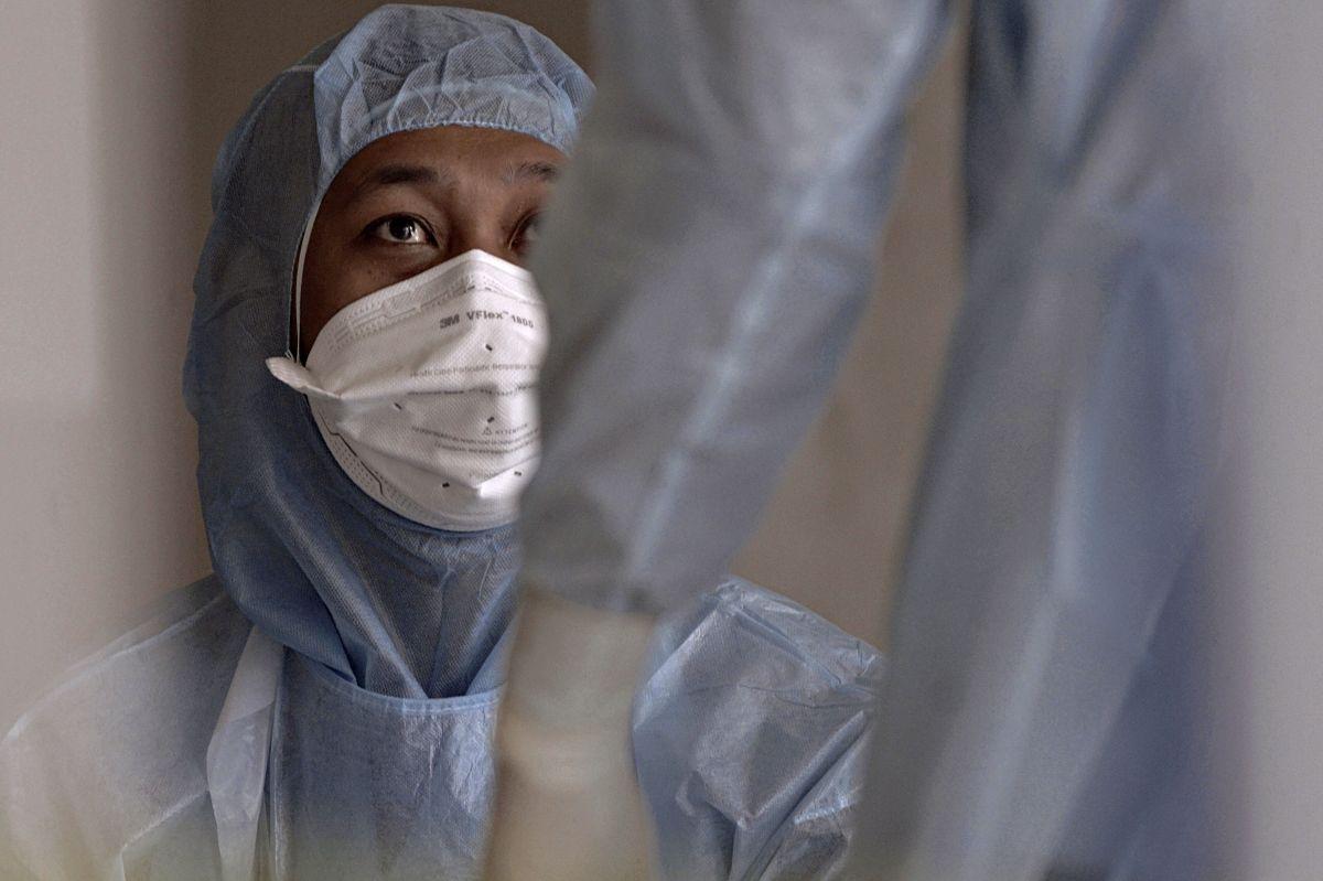 Enfermera cubre su rostro para tratar a pacientes con coronavirus.