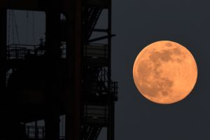 Fotógrafos y aficionados comparten sus mejores imágenes de la Superluna Rosada de abril