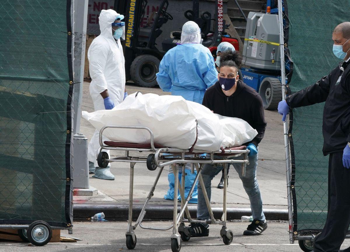 """Coronavirus supera el """"mejor escenario"""" de muertos en Estados Unidos al rebasar los 63,000 y acumular 2,000 diarios"""