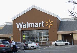 Evacúan un Walmart porque había un zorrillo