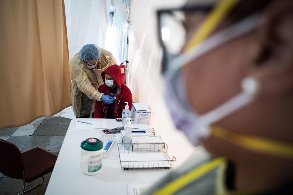Un especialista de salud realiza una revisión de rutina totalmente protegido.