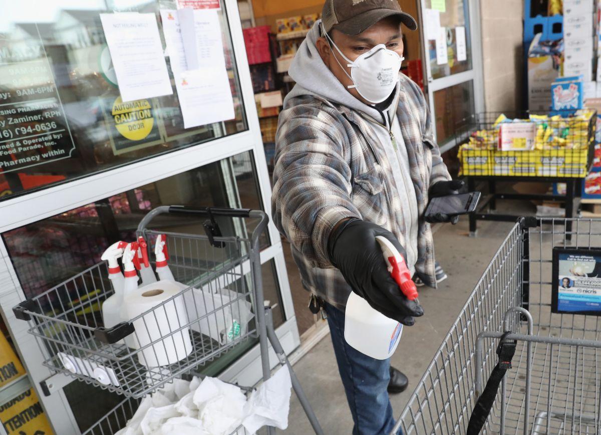 Se han colocado marcadores de distanciamiento social en los mostradores y están sanitizando los carritos de mandado.