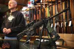 ¿A qué teme la gente? Se disparan por millones las compras de armas en Estados Unidos ante coronavirus