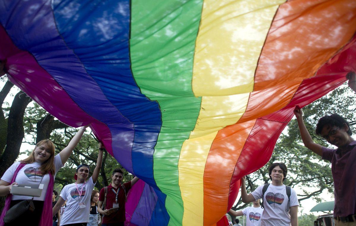 La bandera con los colores del arcoíris es símbolo de la comunidad LGBT.