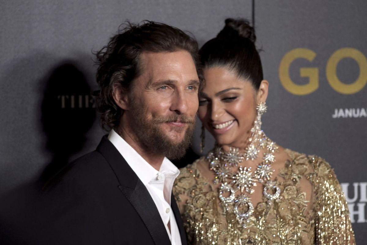 Video: Matthew McConaughey y su esposa donaron guantes y mascarillas a la policía de Los Ángeles
