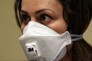 Amazon está vendiendo mascarillas respiratorias, desinfectante y batas exclusivas para trabajadores de la salud