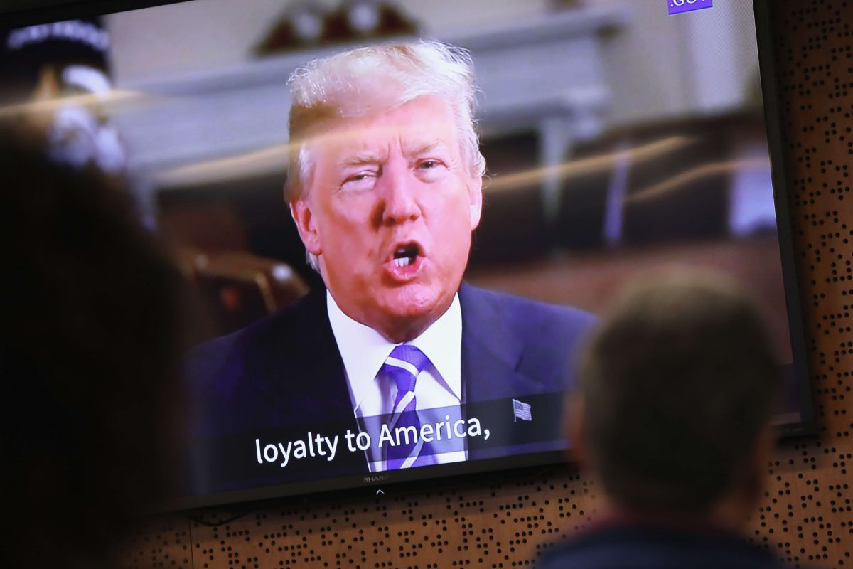 El presidente Trump busca suspender procesos migratorios temporalmente.