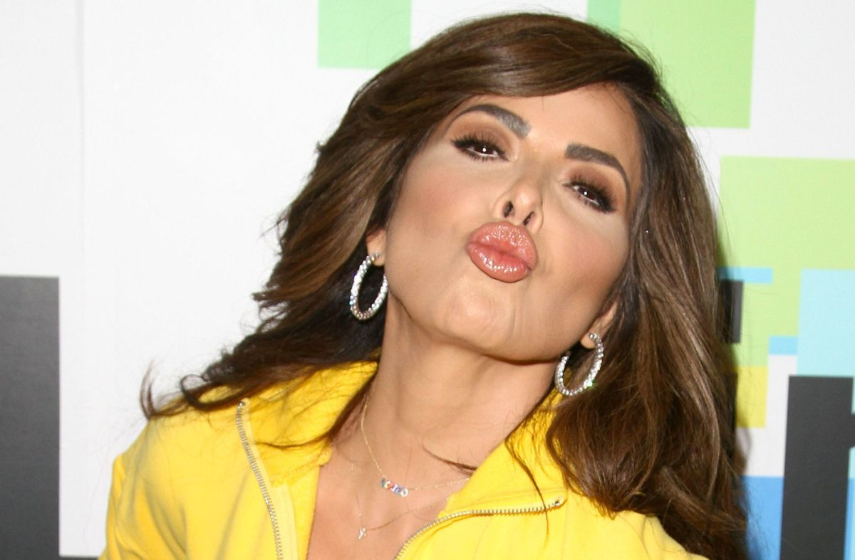Gloria Trevi sensually despises her navy bat and shows that she does not have a rough interior
