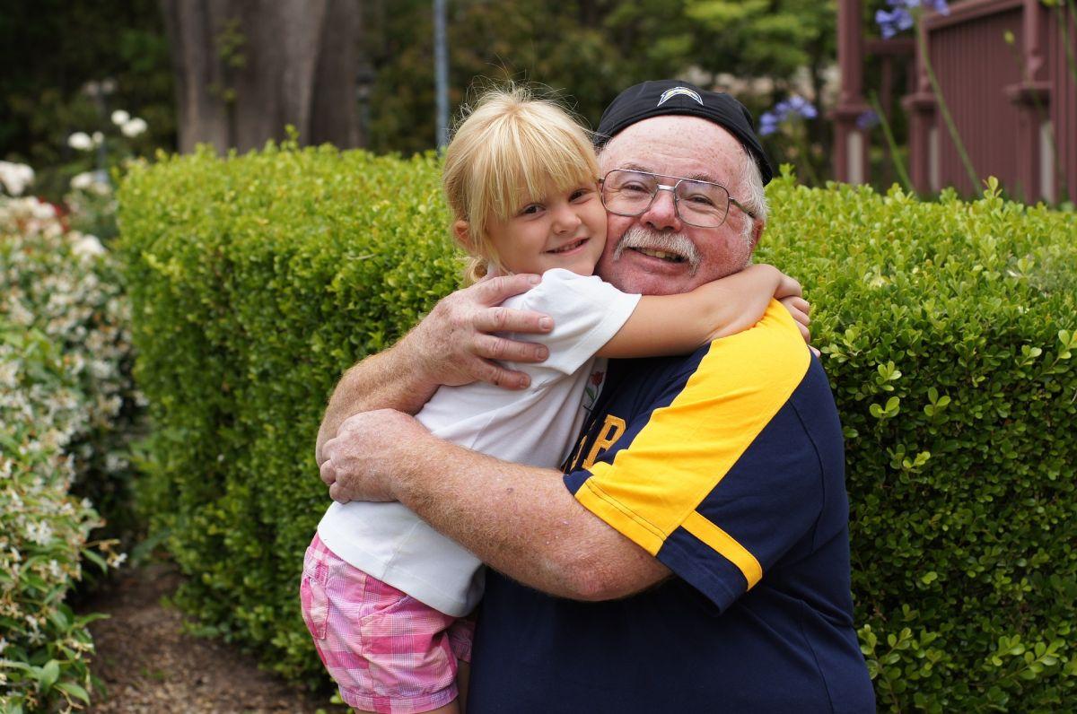 Los abrazos entre menores y ancianos deben ser breves.