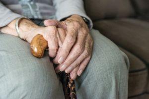 Piden seguro médico para personas de la tercera edad sin documentos