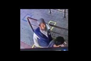 VIDEO: Hombre con coronavirus escupe en el rostro de un pasajero del tren y luego cae muerto