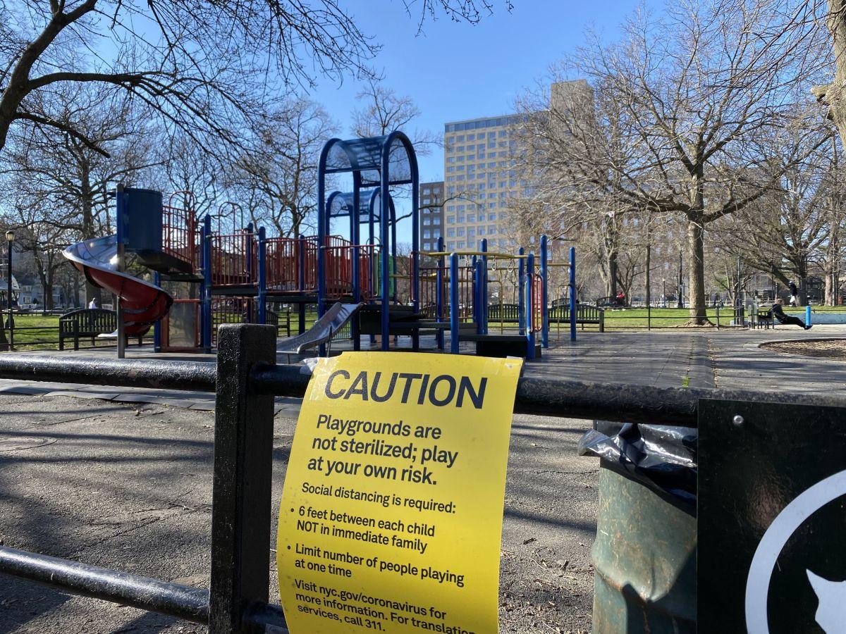 La advertencia sobre distanciamiento social en un parque de Queens.