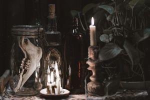 ¿Por qué en la brujería se usan mechones de cabello y uñas?