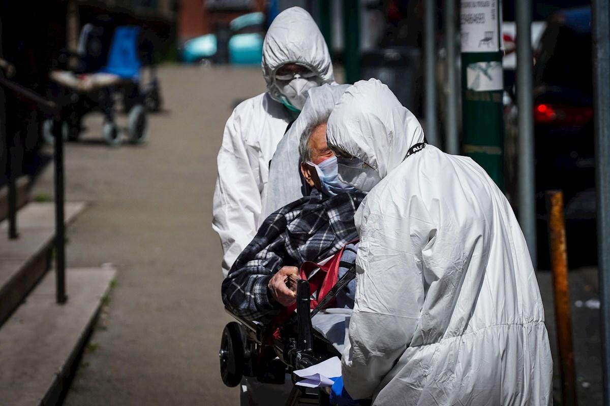 Especialistas de salud trasladan a un paciente bajo estrictas medidas de seguridad.