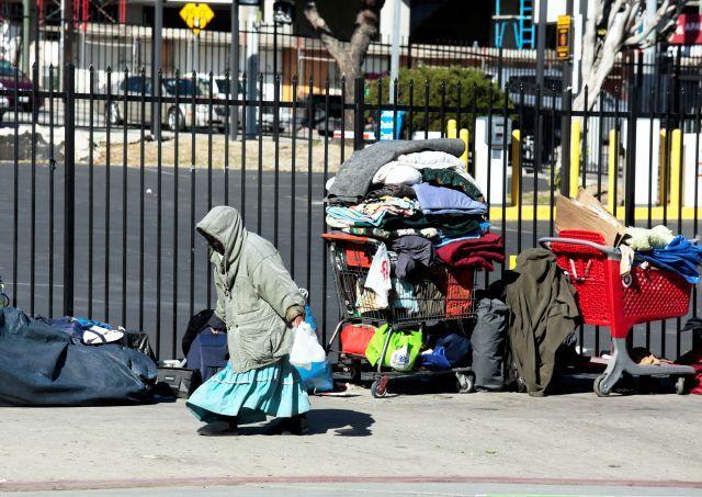 Estremecedor: Servicios Sociales encuentra a un recién nacido en manos de una indigente que no era su madre en California
