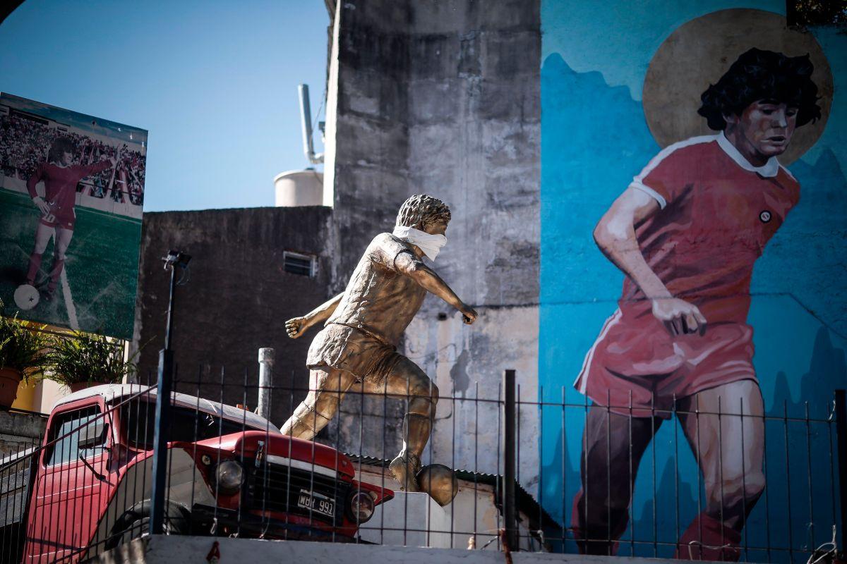Una estatua de Diego Armando Maradona luce un tapabocas en Buenos Aires.