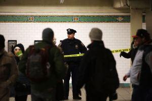 VIDEO: joven se cuela sin pagar y empuja a mujer policía a los rieles del Metro en Nueva York