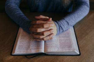 Cientos acuden a servicios religiosos en Estados Unidos pese al coronavirus