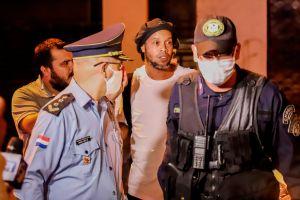 Modelos, bebidas y regalos: Revelan cómo es la prisión domiciliaria de Ronaldinho en Paraguay
