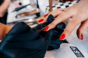 California autoriza la reapertura de los salones de manicura