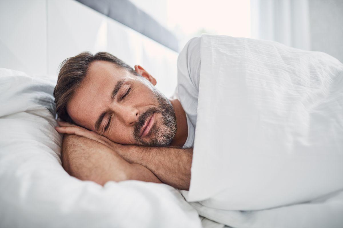 Una página web te paga $2,000 dólares por dormir